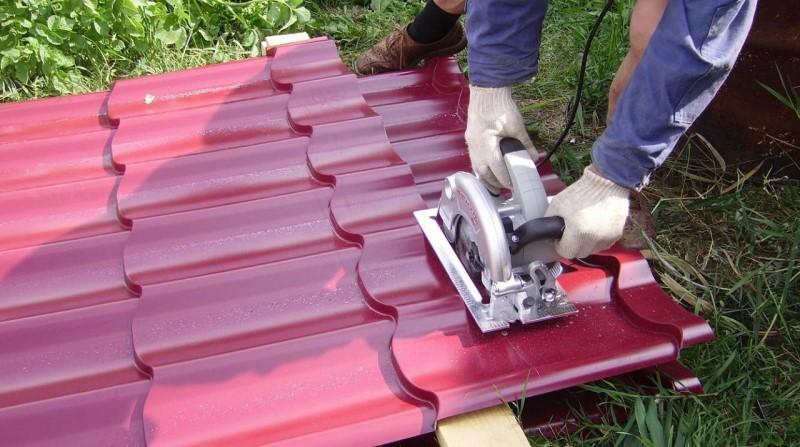 Каким инструментом следует безопасно резать листы металлочерепицы, если нельзя болгаркой