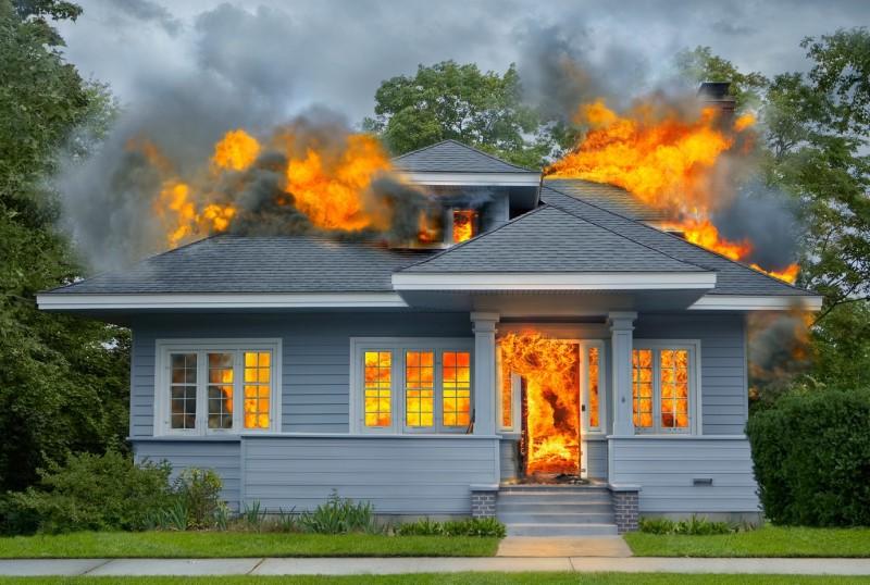 Не опасно ли сайдингом отделывать деревянный дом на случай возгорания